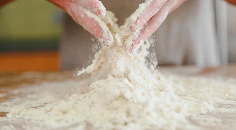 Làm sạch bột bánh hiệu quả, nhanh gọn nhất – Cạo trước khi rửa