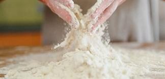 Mẹo làm sạch bột bánh dính trên đồ dùng hiệu quả nhất