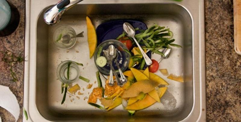 Không để chất bẩn mắc kẹt trong bồn rửa chén quá nhiều