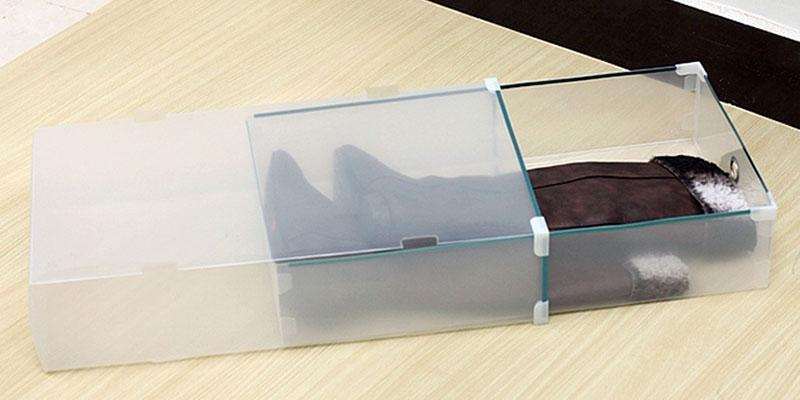 Để giày bốt ở trong hộp