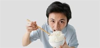 3 sai lầm khi ăn cơm gây bệnh cho cơ thể