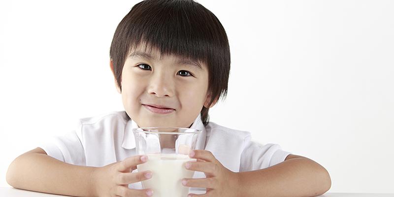 nên chia nhỏ lượng sữa ra thành nhiều lần trong ngày để uống