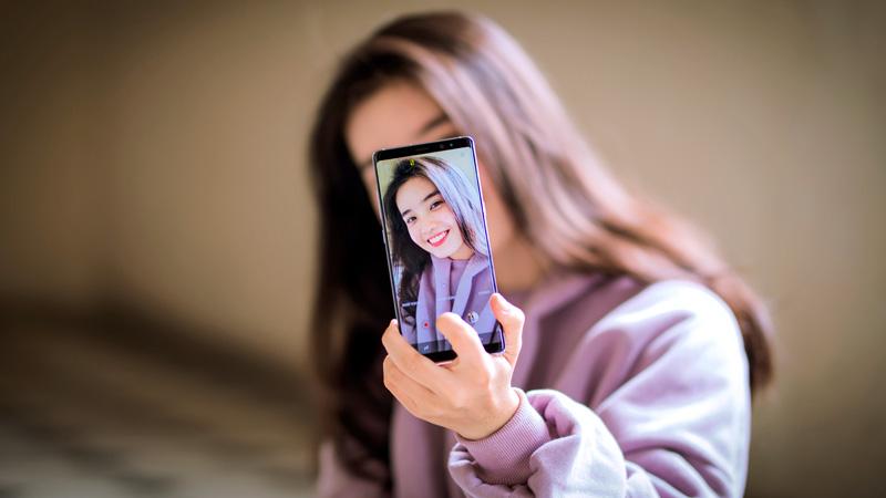 Galaxy Note 8 tím khói Orchid Gray và hot girl 12