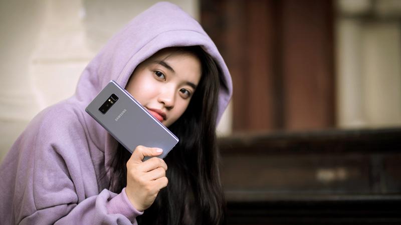 Galaxy Note 8 tím khói Orchid Gray và hot girl 01