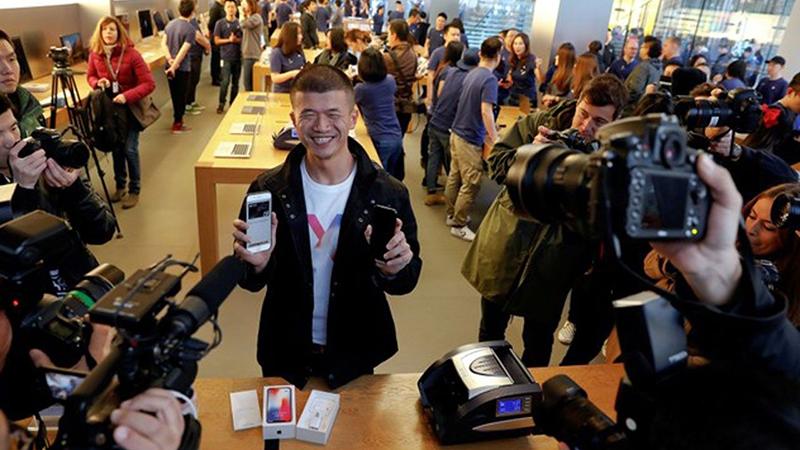 Khách hàng hào hứng mua iPhone X tại Trung Quốc