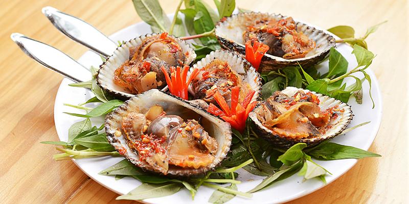 ăn kèm rau sống và nước chấm ngay khi còn nóng là ngon nhất