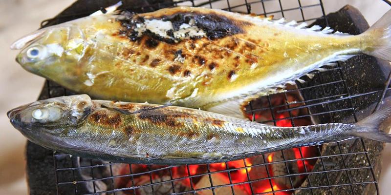 nướng mọi hải sản tức là dùng hải sản tươi nướng trên bếp than mà không cần tẩm ướp gia vị