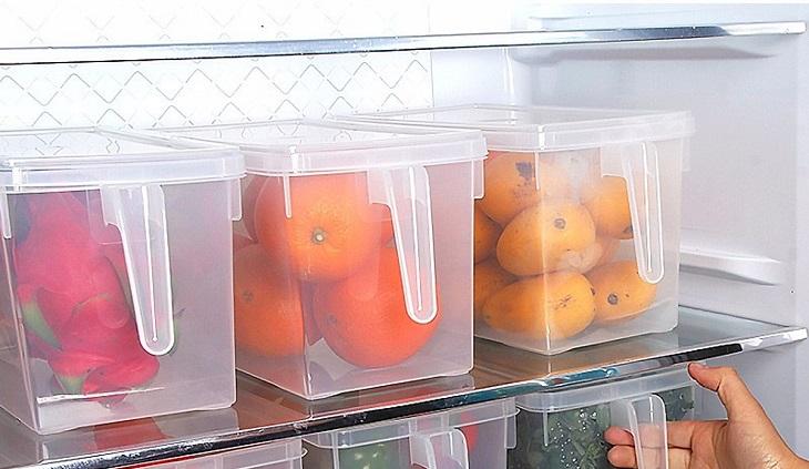 Trai cây phân loại thành từng, cho vào hộp đựng để ngăn mát tủ lạnh