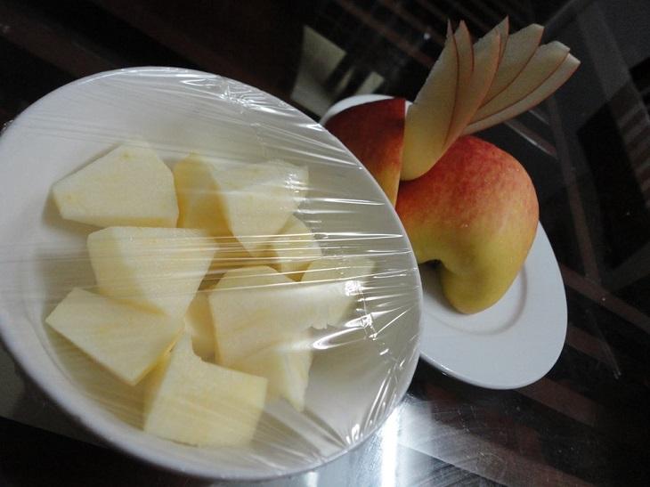 Trái cây khi còn thừa, bạn dùng màng bọc lại, sau đó để vào tủ lạnh