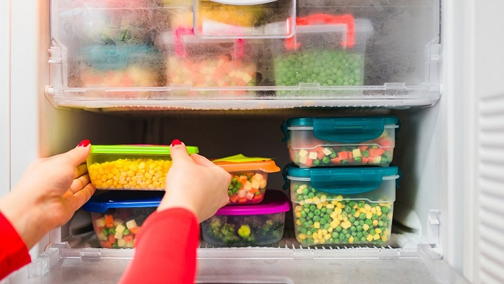 Đặt thức ăn trong tủ lạnh vào hộp đựng thực phẩm bằng nhựa, sứ hoặc thủy tinh
