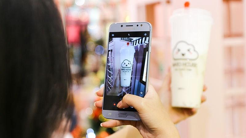 Galaxy J7 Pro, J7+ và câu chuyện về... trà sữa