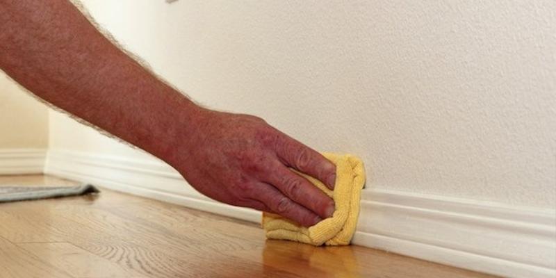 Vệ sinh ván gỗ ghép chân tường