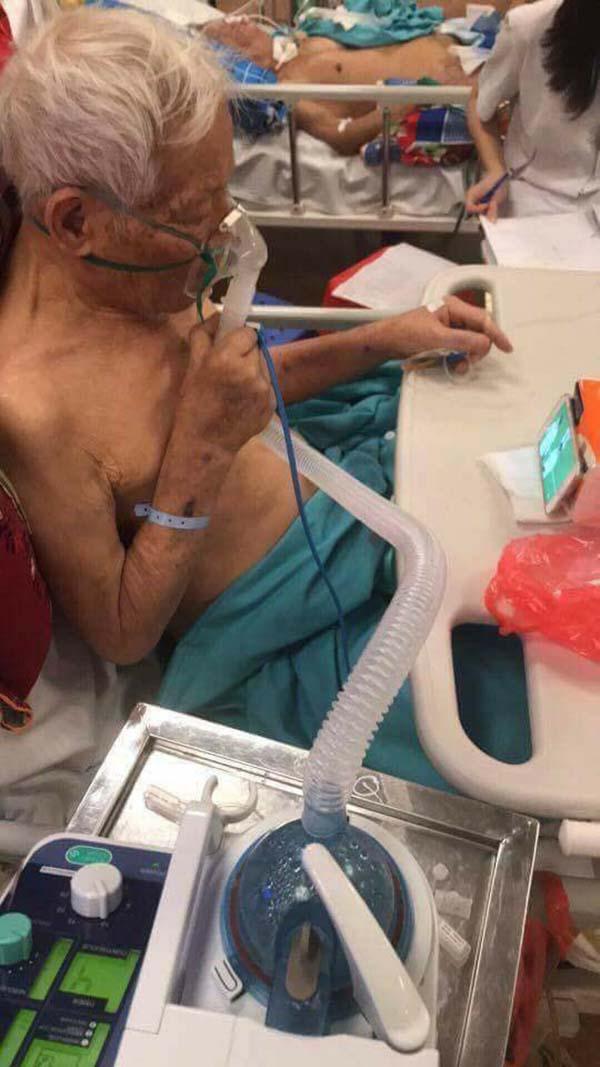 Người bệnh đeo ống thở