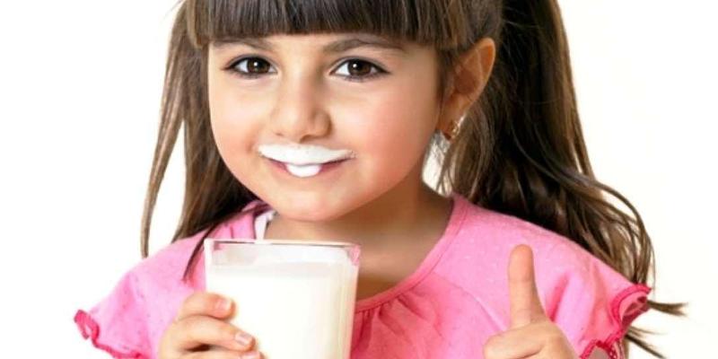 sau một tuổi các mẹ đã có thể dùng sữa tươi thay thế sữa bột, sữa mẹ cho trẻ