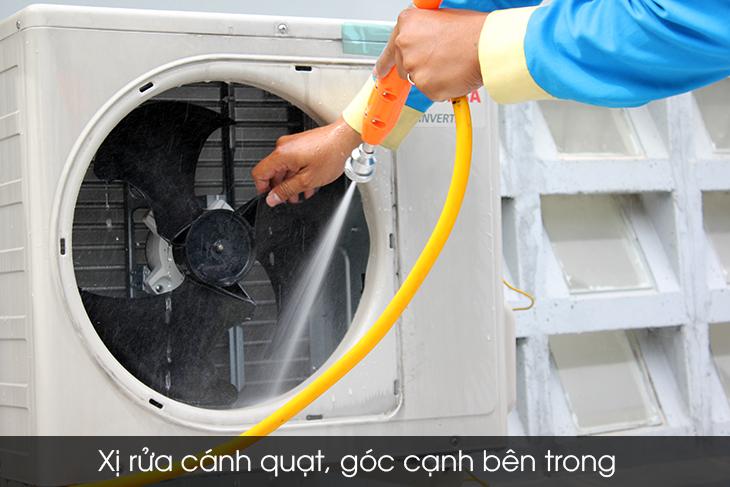 Xịt rửa bụi bẩn trên dàn nóng