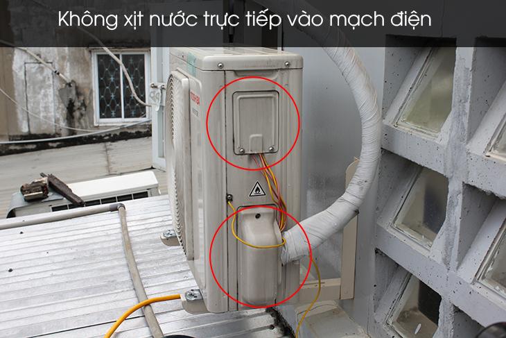 Không xịt vào khu vực chứa mạch điện