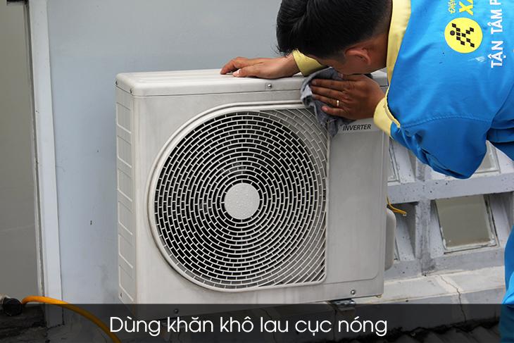Dùng khăn khô lau cục nóng