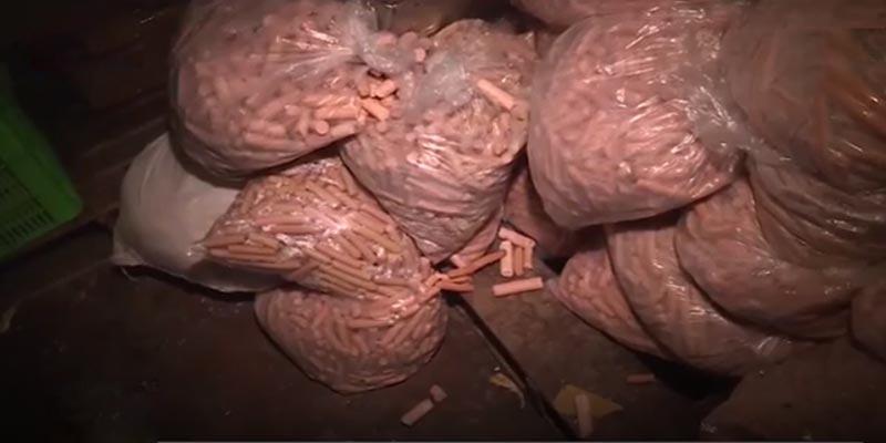 Công ty này vừa bị kiểm tra và phát hiện có nhiều điểm nghi vấn trong quá trình sản xuất xúc xích tiệt trùng. Theo thông tin, kho chứa nguyên liệu của công ty chứa nhiều thịt tồn đọng, có mùi hôi thối.