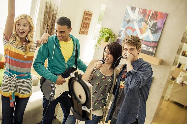 Hát karaoke cùng bạn bè ngay tại nhà