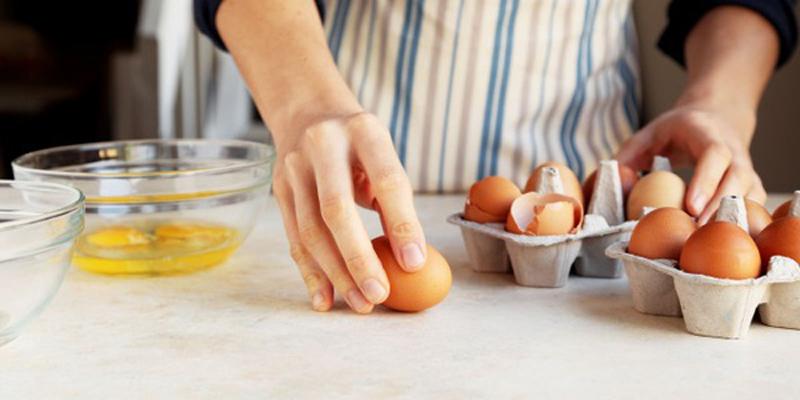 Đầu bếp lừng danh nổi tiếng của thế giới Jaques Pépin cho rằng chỉ nên đập trứng vào mặt phẳng.
