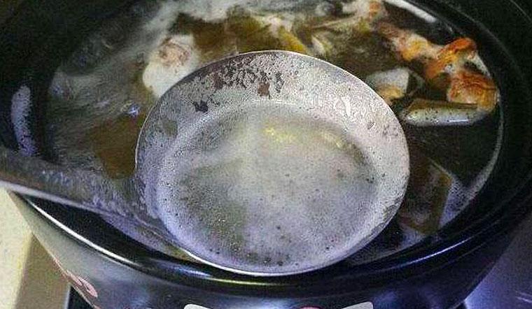 Lớp bọt khí khi nấu canh, nấu cháo, pha trà là gì và chúng có độc hại không?