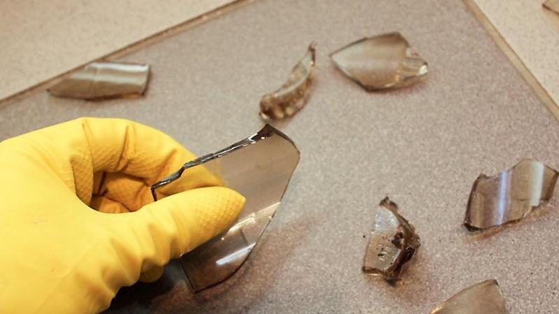 Mang găng tay và mang dép khi vệ sinh thủy tinh vỡ