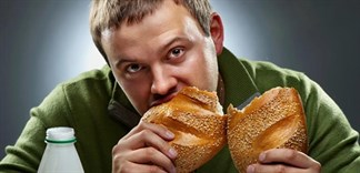 Lý giải việc ăn bánh mì cũng bị say sỉn