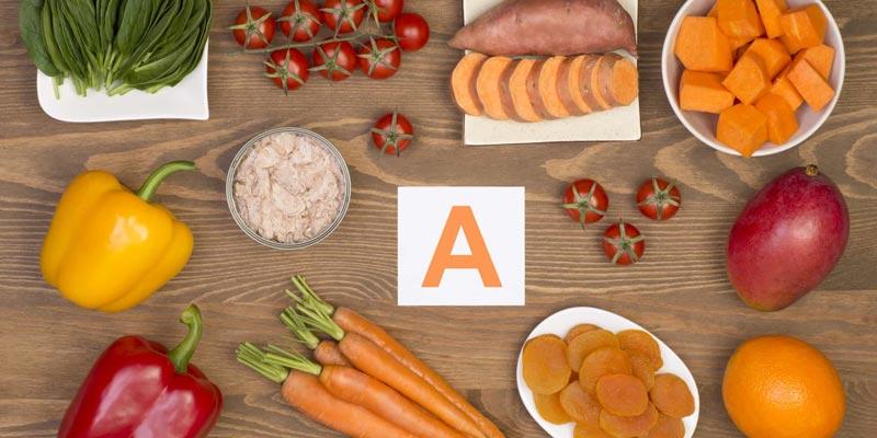 Vitamin A nhằm thúc đẩy sự sản xuất chất bã nhờn ở các tuyến da vốn làm ẩm da đầu và giúp tóc khỏe hơn.