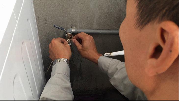 Bạn có thể tự nối dây tiếp đất tại nhà, hoặc liên hệ nhân viên kĩ thuật