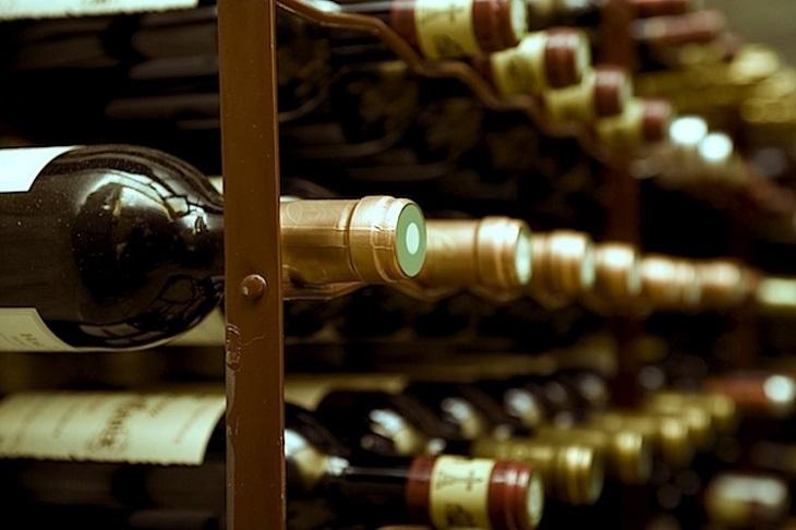 Đặt rượu vang nằm ngang để giữ nút bần luôn ẩm ướt