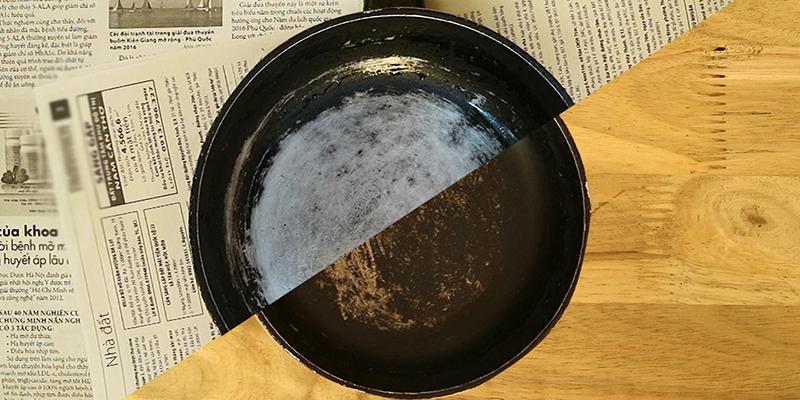 đổ vào phần xoong nồi bị đen ngâm khoảng 5 phút. Dùng miếng rửa chén chùi sơ là sẽ sạch như mới