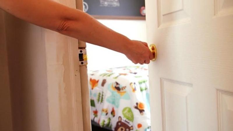 Đóng kín cửa phòng ngủ và tủ quần áo trước khi nấu ăn để vải không bám mùi dầu mỡ