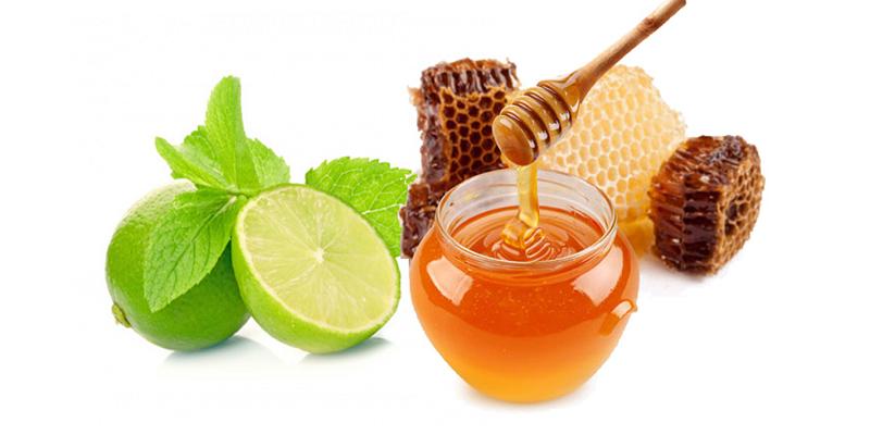 Mật ong giúp tẩy tế bào chết cho môi cùng với chanh và đường nâu