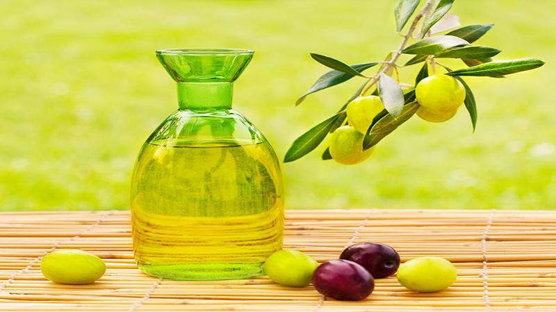 Hỗn hợp mật ong và Oliu sẽ cung cấp tối đa độ ẩm cho môi, phòng trường hợp khô môi, nứt nẻ đe doạ nhan sắc của bạn.