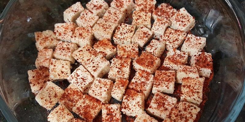 Lăn đều đậu hũ trong hỗn hợp muối ớt.