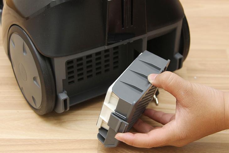 Lắp đặt màng lọc trở lại máy sau khi vệ sinh và thay thế bộ lọc Hepa