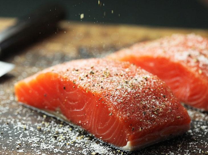 Cá hồi chỉ cần ướp thật đơn giản với muối và tiêu