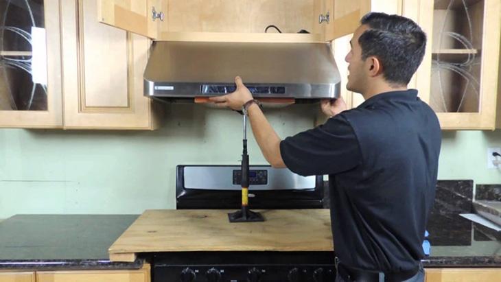 Nên lắp đặt máy hút mùi trước khi lắp bếp