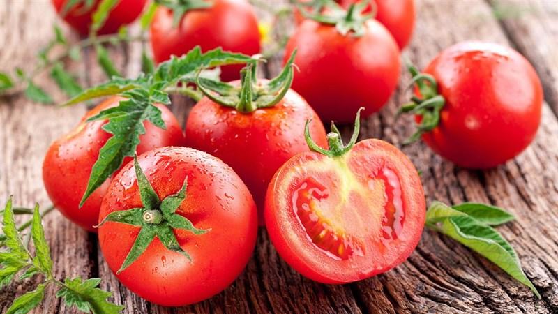 Cà chua không chỉ là thực phẩm thơm ngon mà còn cực kì tốt cho sức khỏe, chính vì thế không biết từ khi nào loại quả này được sử dụng như một nguyên liệu làm đẹp an toàn cho chị em phụ nữ.