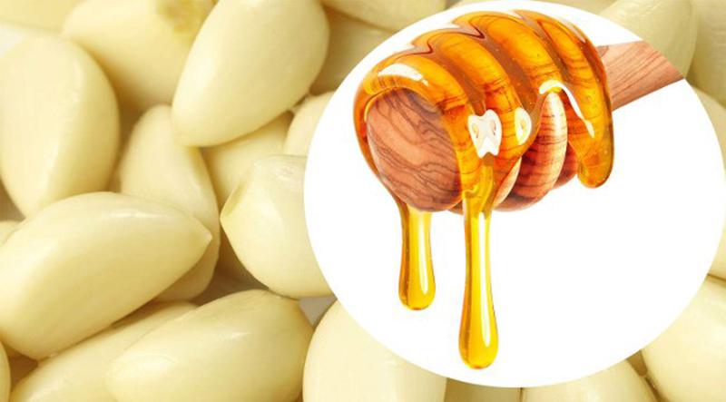 Tỏi, mật ong hấp cách thủy: Bóc 5 tép tỏi rồi cho vào chén giã nhuyễn, trộn thêm 3 thìa cafe mật ong vào khuấy đều và cho vào nồi hấp cách thủy khoảng 10 phút, đến khi hỗn hợp dậy mùi thơm là được.