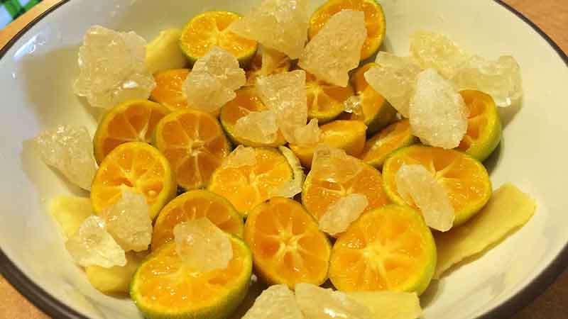 Dùng quất xanh hấp đường phèn hoặc mật ong sẽ có tác dụng chữa ho do nhiễm lạnh.