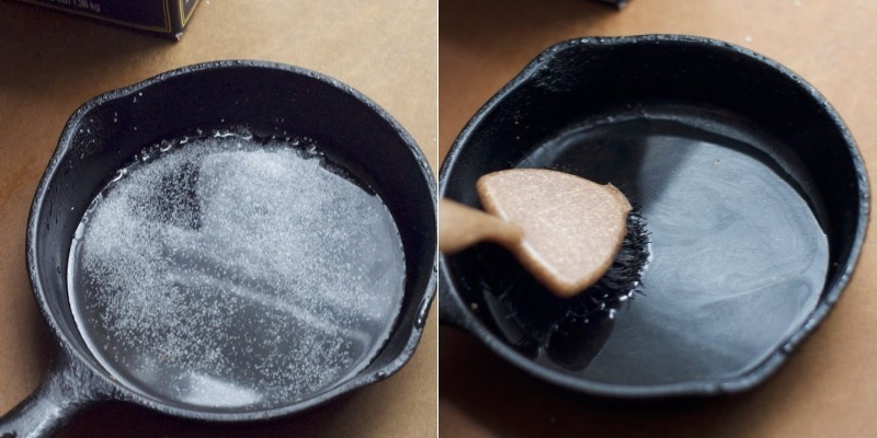 Cho vào chảo gang chút nước, muối, đun sôi nước, dùng cọ mềm chà xát nhẹ.