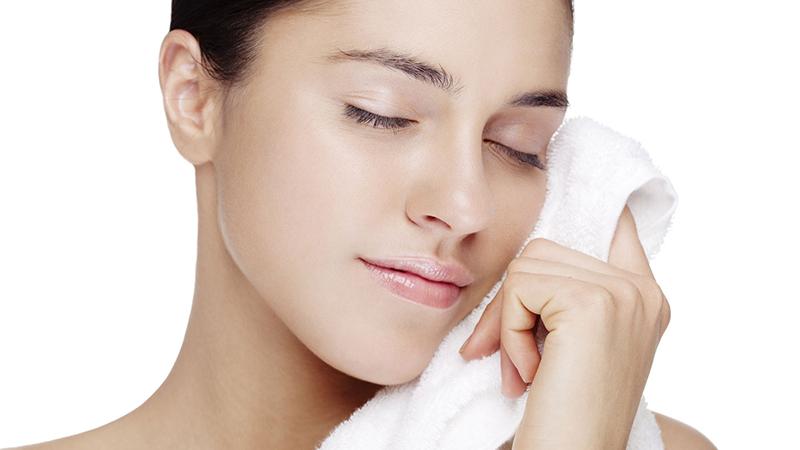 Nên rửa mặt bằng khăn sạch và nước sạch, không nên dùng chung khăn rửa mặt với người khác.