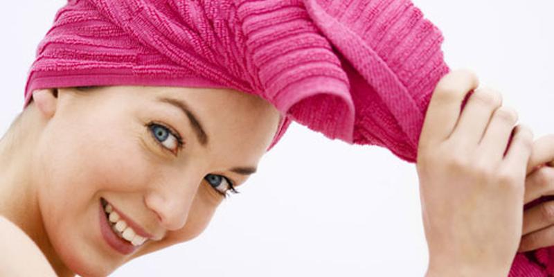 Dùng một túi trùm tóc hoặc một khăn to quấn tóc lại ủ trong vòng 20 phút