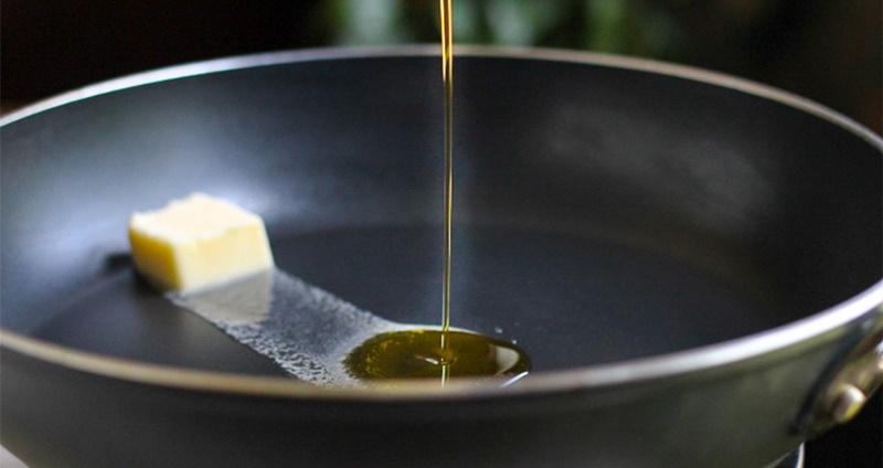 Thêm dầu vào bơ giúp bơ không bị cháy dưới nhiệt độ cao từ bếp