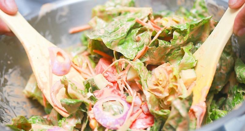 Cho gia vị, nước sốt vào tô trước khi cho nguyên liệu chính vào, trộn đều khi chuẩn bị ăn