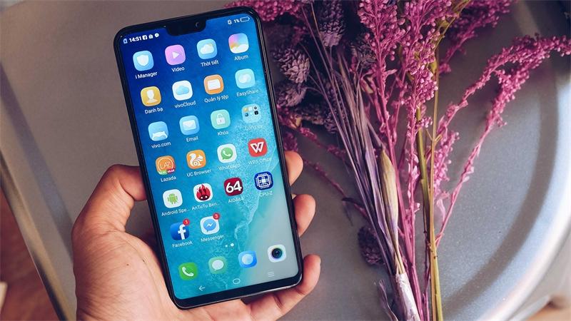 Các smartphone ngày nay có chung thiết kế: Màn hình lớn, tỉ lệ 18:9 và tai thỏ thời trang