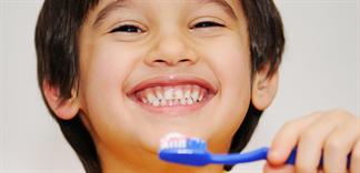 Cho trẻ tập đánh răng và những điều mẹ cần biết