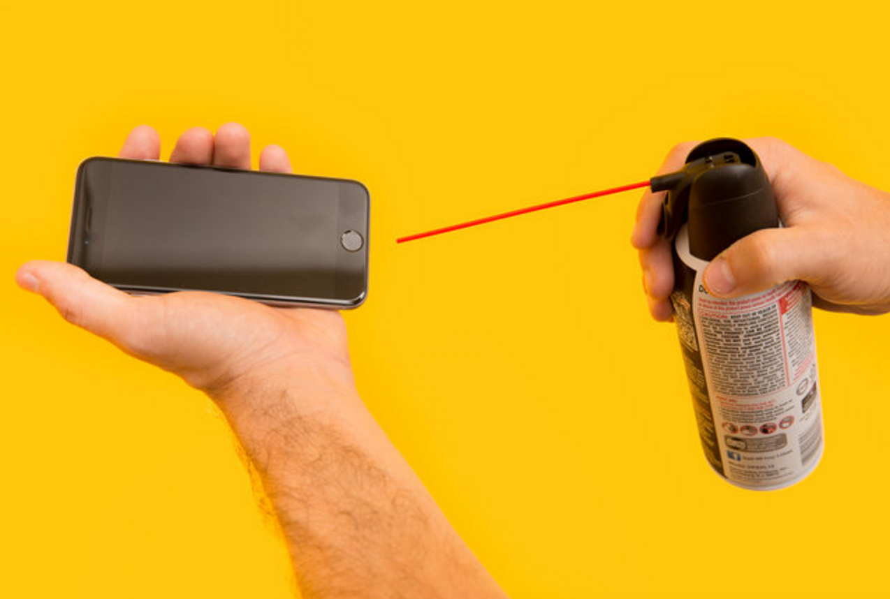 dùng bình xịt khí để vệ sinh lỗ sạc iphone