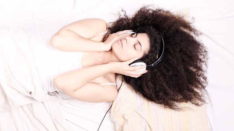 Nếu chưa buồn ngủ hãy thư giãn với việc đọc sách, nghe nhạc